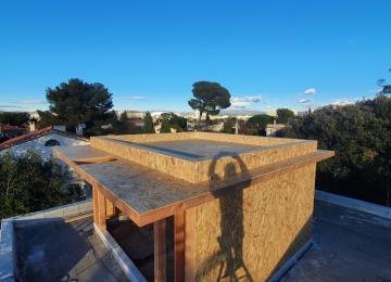 Pose de parois vue d'ensemble du chantier surélévation de toiture à Marseille - La Maison Bois