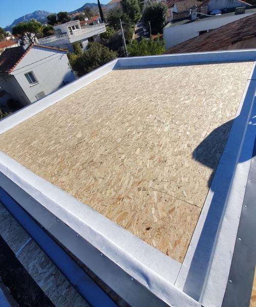Surélévation de maison : comment optimiser une toiture plate ?