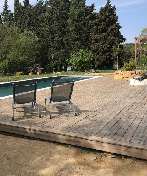 Comment réaliser rapidement une grande plage de piscine en bois ?