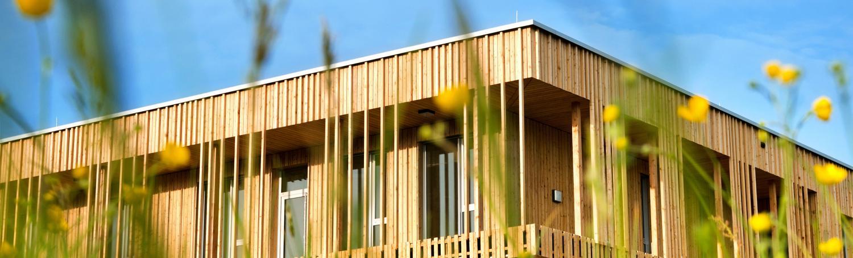 Maison bois neuve sur mesure : pourquoi choisir un artisan RGE ?