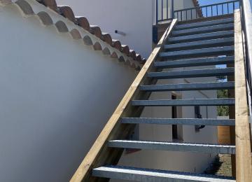 Escalier extérieur structure bois marches métal antidérapantes
