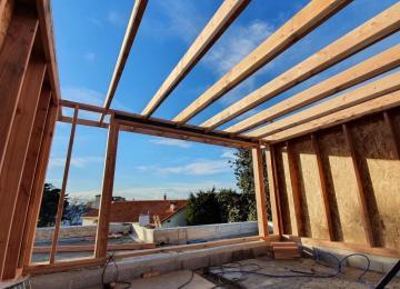 Pose de poutres toiture ossature bois - Surélévation toiture plate à Marseille - La Maison Bois