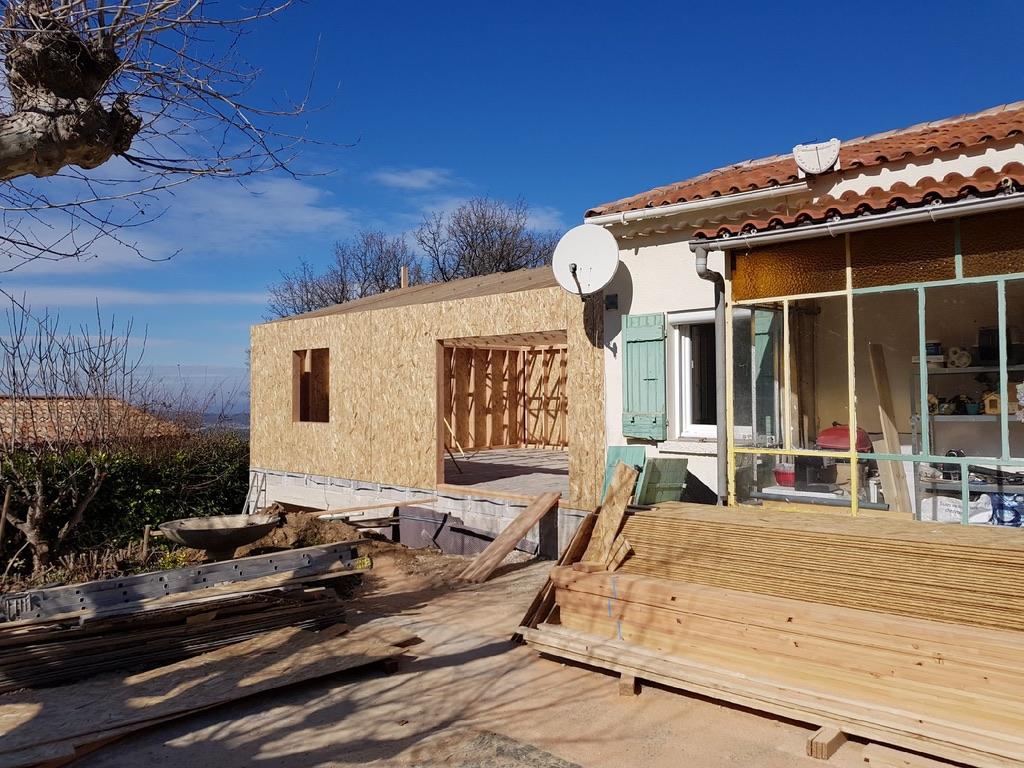 Extension sur garage dalle b ton terrasse pergola bois for Extension maison osb